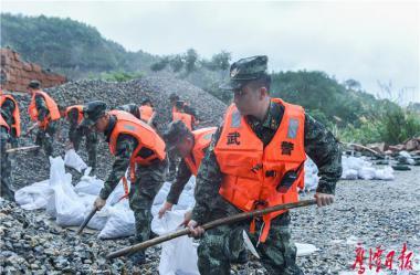 风雨中彰显担当——鹰潭日报社记者抗洪抢险一线见闻